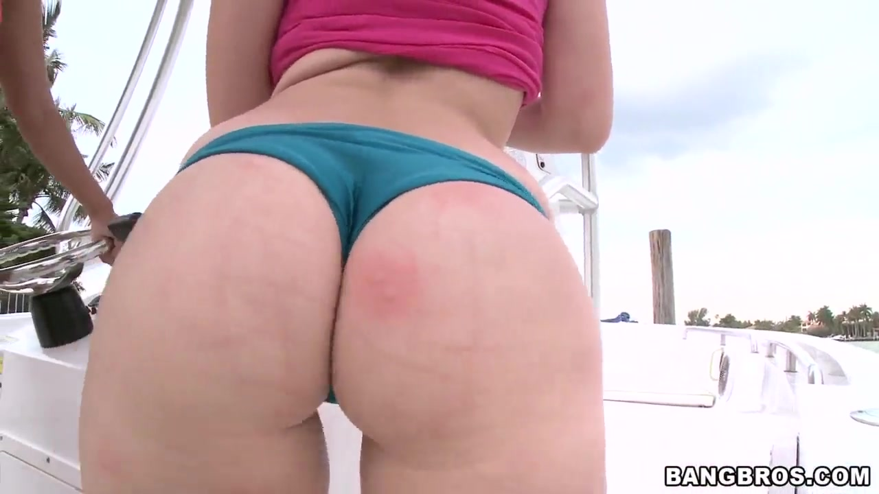 Two awesome girls Kelly Divine, Sydney Thomas shows her asses